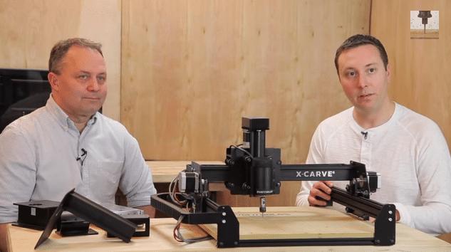 זאק קפלן (מימין) ובארט דרינג מדגימים את נפלאות ה-X-Carve