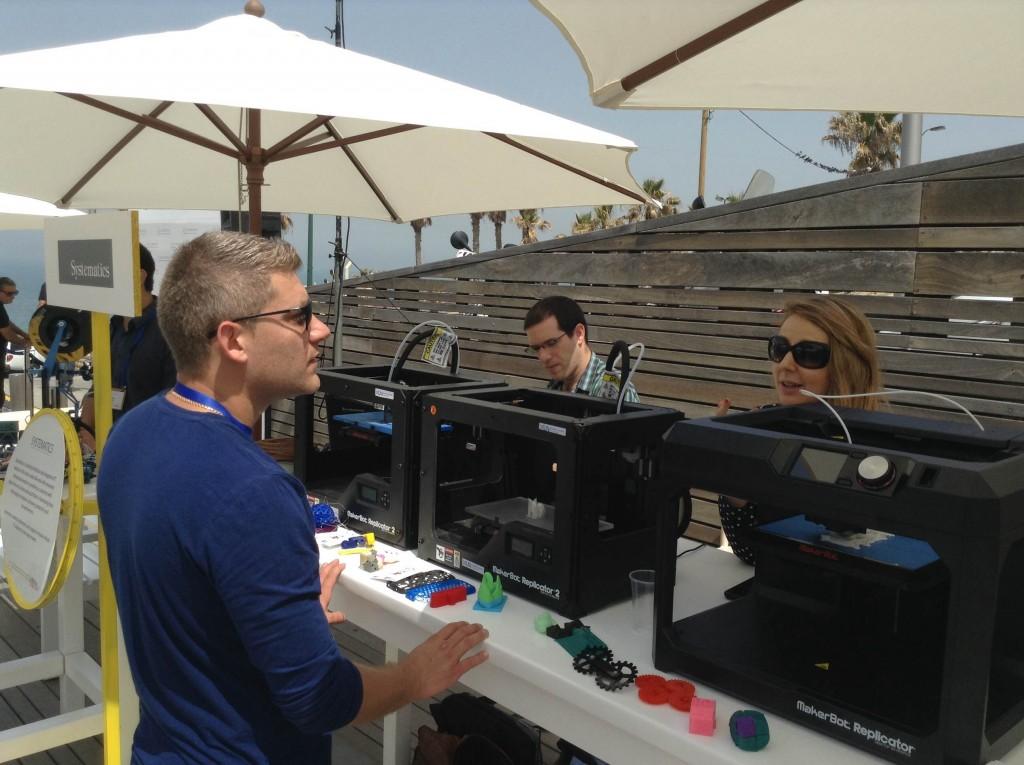 דבורין בביתן MakerBot. מאמינה בתחום הדפסת התלת מימד