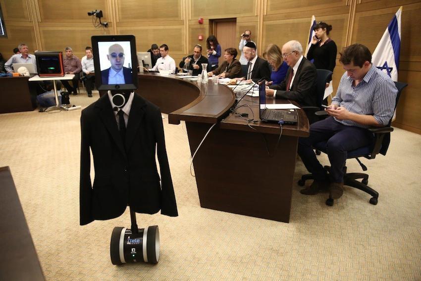 הראש ראשו של ד״ר צזנה, הגוף - של רובוט